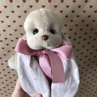 Коричневый плюшевый заяц Биг с длинными ушками в нежно-розовом цвете