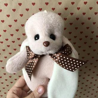 Коричневый плюшевый заяц Биг с длинными молочными ушками с ленточкой-бантиком
