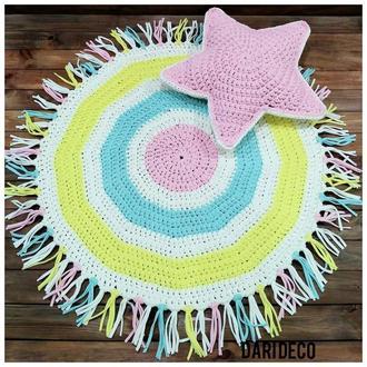 Вязаный коврик с бахрамой