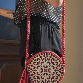 Стильная плетеная сумка красного цвета