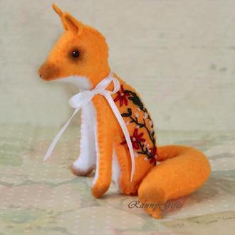 Сувенирная игрушка лиса с элементами ручной вышивки оранжевого цвета