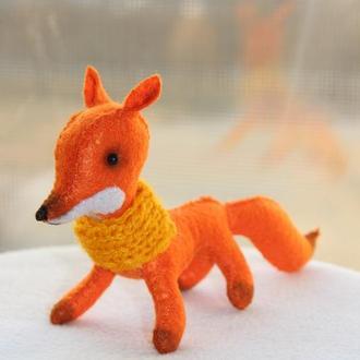 Мягкая игрушка лиса из фетра в желтом шарфике на подарок