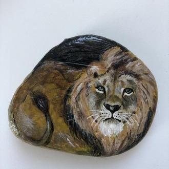 Лев. Роспись по камню