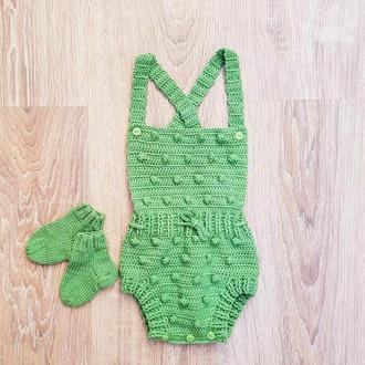 Комплект для новорожденных.Вязаный боди для новорожденных. Вязаные носочки