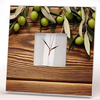 """Стильные часы с изображением """"Зеленые оливки на деревянном фоне"""""""
