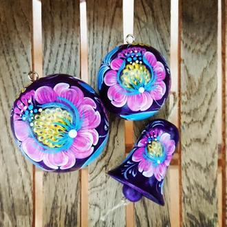 Набор елочных украшений - деревянные елочные шарики и деревянный колокольчик.
