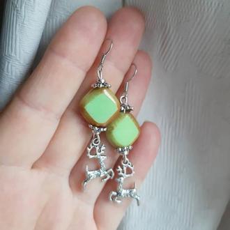 Серебряные серьги зелеными стеклянными бусинами и подвесками оленями