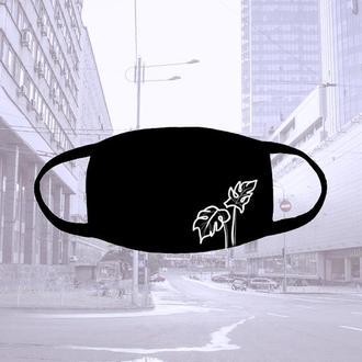 Многоразовая черная тканевая маска с монстерой