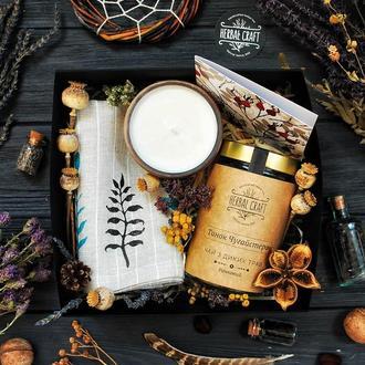 Подарочный набор (баночка травяного чая, свеча в керамическом горшке и полотенце из льна)