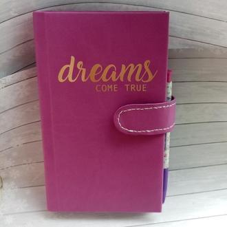 Блокнот с надписью Dreams come True