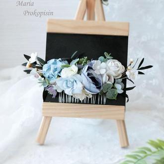Гребешок в голубом цвете с эвкалиптом.