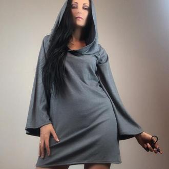 Серое трикотажное платье с капюшеном и рукавами клеш