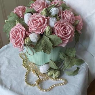 Розы из гофрированной бумаги в шляпной коробке