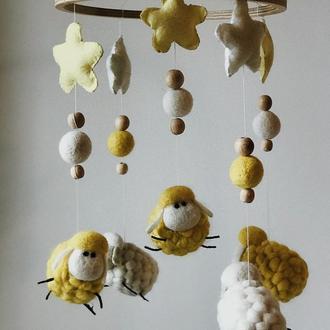 Мобиль детский на кроватку овечки желто белые со звездами