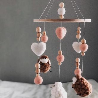 Мобиль детский овечки и 2 сердечка коричнево розовые