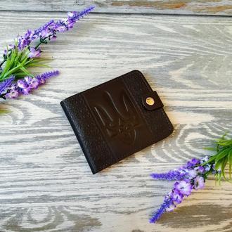 Темно-коричневый  кожаный кошелек мужской портмоне бумажник с тиснением тризуб и вышиванка на кнопке