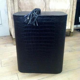 Корзина для белья с крышкой, обтянутая черной кожей 46х31х55выс.