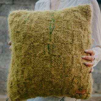 Вязаная подушка из натуральной шерсти
