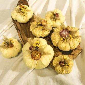 Текстильные осенние тыквочки с натуральными сухоцветами, осенний декор в стиле кантри