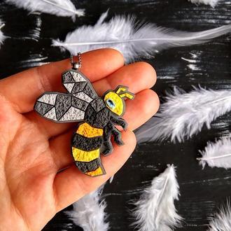 Геометрична підвіска Бджілка. Летний яркий кулон Пчела. Літня медова підвіска. Прикраса комаха