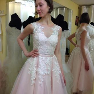свадебное платье цвета пудра с молочным кружевом