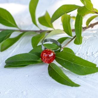 Колечко из ювелирной смолы с красной гипсофилой