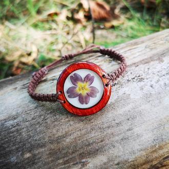 Деревянный браслет с настоящим цветочком внутри, регулируется по ширине