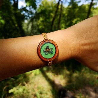 Деревянный браслет с настоящими цветочками внутри