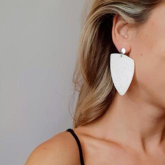 Красивые стильные белые женские серьги.