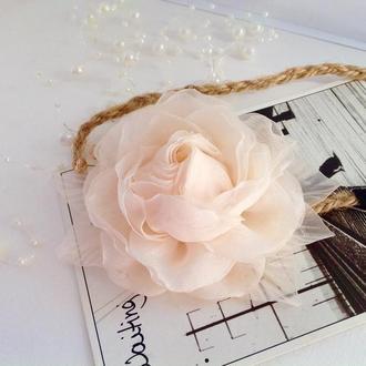 Кремова троянда на пов'язці