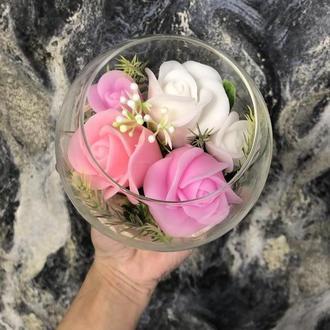 Композиция из мыльных цветов в прозрачной вазе