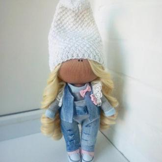 Інтер'єрна лялька в джинсовому одязі
