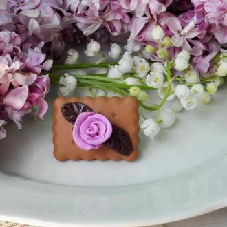 """Брошь """"Печенька с розой"""" из полимерной глины"""