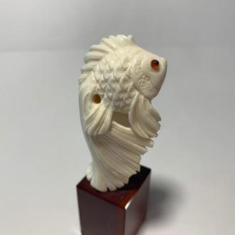 """Фигурка Рыба """"Вуалехвост"""" из бивня мамонта на подставке"""