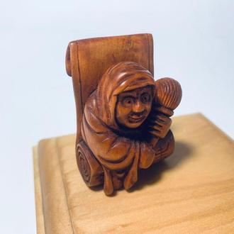 Нецке Дарума выходящий из свитка из дерева самшит