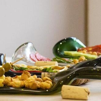 Сет из четырех тарелок из бутылок для закусок, сыра, нарезок, фруктов и красивой подачи еды
