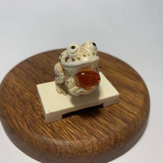 """Фигурка """"Жаба на китайской лавочке с сердоликом"""" """"Лягушка"""" из бивня мамонта"""