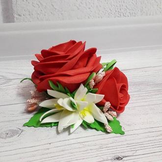 Розы с эдельвейсами на заколке из фоамирана