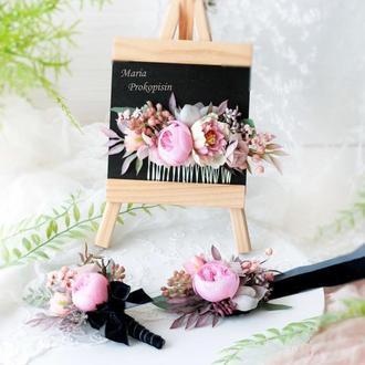 Набор из трех украшений;расчески и бархатных бутоньерок в розовом цвете.
