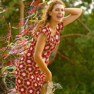 Вязаное платье красивыми разноцветными орнаментами. Ручная работа крючком.