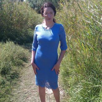 Вязаное голубое нежное платье с ажурной отделкой по верху и по низу платья и на рукавах