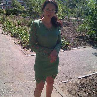 Вязаное зеленое нежное платье с ажурной отделкой по верху и по низу платья и на рукавах