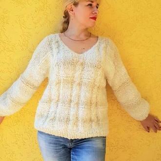 Свитер женский вязаный Свитер легкий, нежного молочного цвета с косами. Базовый свитер