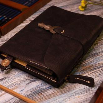 Ежедневник в кожаной обложке с антикварным ключом