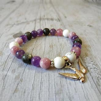 Женский браслет из натурального камня «Милая птичка в сиреневых цветках астры»