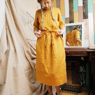 Льняное горчичное платье длиной ниже колена с рукавом до локтя