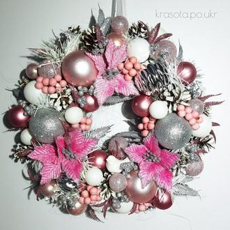 Новорічний вінок з рожевими велюровими різдвяниками