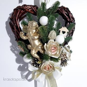 Віночок-сердечко з гілочками литої зеленої хвої, золотим ангелом та блискучими квітами