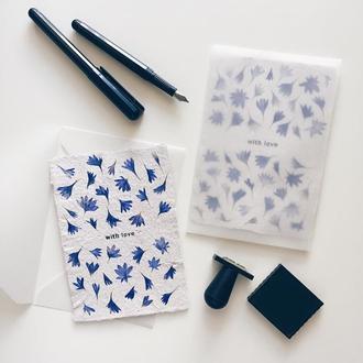 Открытка из бумаги ручного литья с лепестками василька