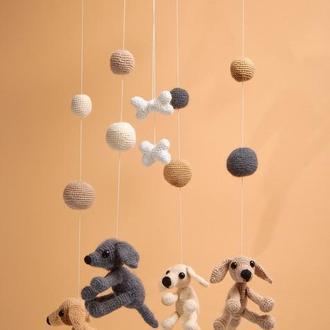 Вязанный детский мобиль на кроватку с собаками/  В'язаний дитячий мобіль на ліжечко з собаками
